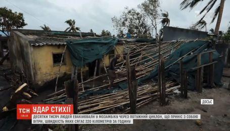 """Надпотужний циклон """"Кеннет"""" обрушився на Мозамбік"""