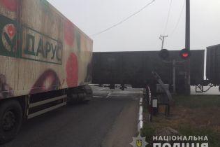 Вантажівка зіткнулась з потягом в Одеській області, дорогу заблоковано
