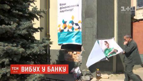 Нічний вибух в Одесі: невідомий підірвав вікно у відділенні банку
