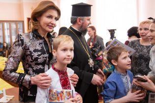 Улыбчивая Марина Порошенко в жакете из парчи расписывала писанки с детьми