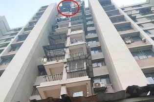 В Индии девочка чудом выжила после падения с 12 этажа