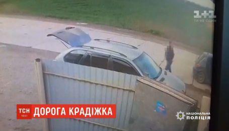 """Женщина забыла закрыть машину и """"подарила"""" ворам 800 тысяч гривен"""