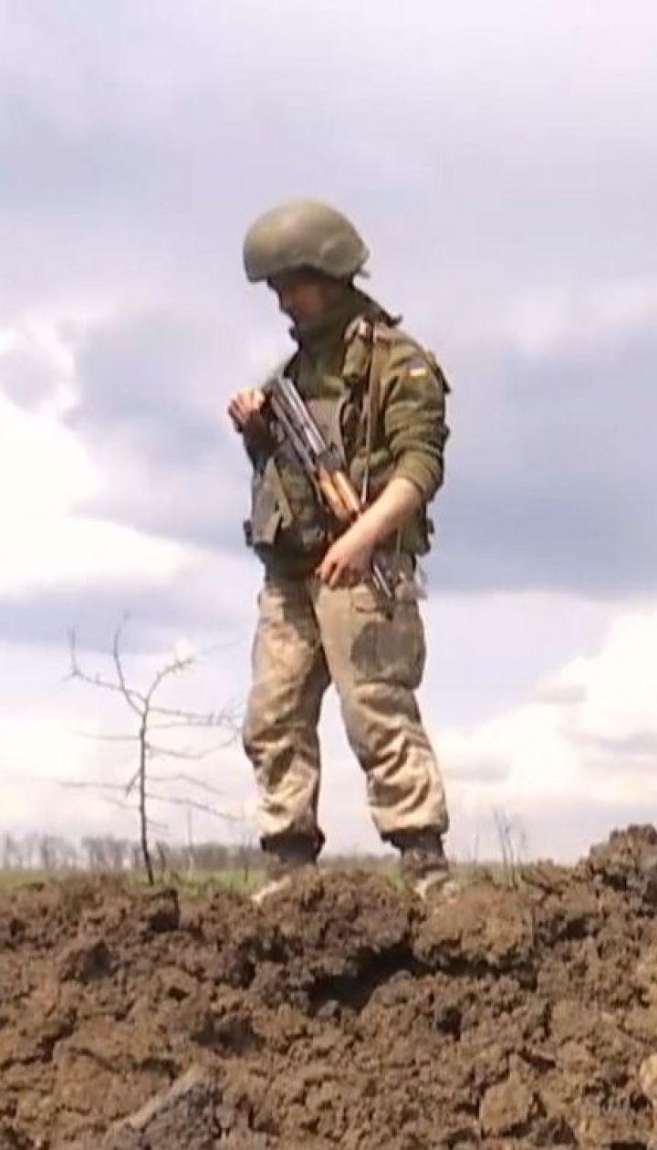 Бойцы на передовой используют поля боя для высадки редиски, чеснока и укропа