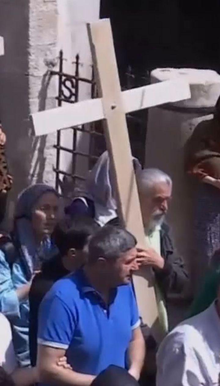 Верующие во всем мире вспоминают страдания Иисуса Христа, которого распяли на Голгофе