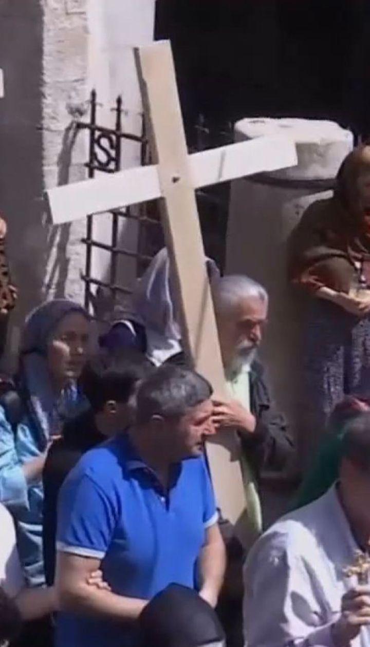 Віряни у всьому світі згадують страждання Ісуса Христа, якого розіп'яли на Голгофі