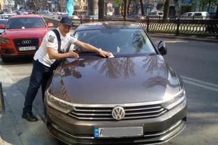 Инспекторы по парковке начали эвакуацию автомобилей-нарушителей с улиц Киева