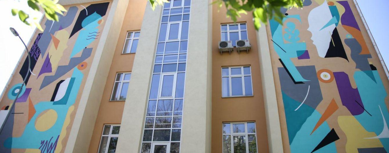 Два лица, которые пытаются объясниться: на стене киевской школы появился мурал