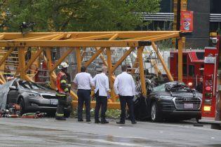 В США строительный кран упал на оживленную дорогу и раздавил машины: 4 погибших