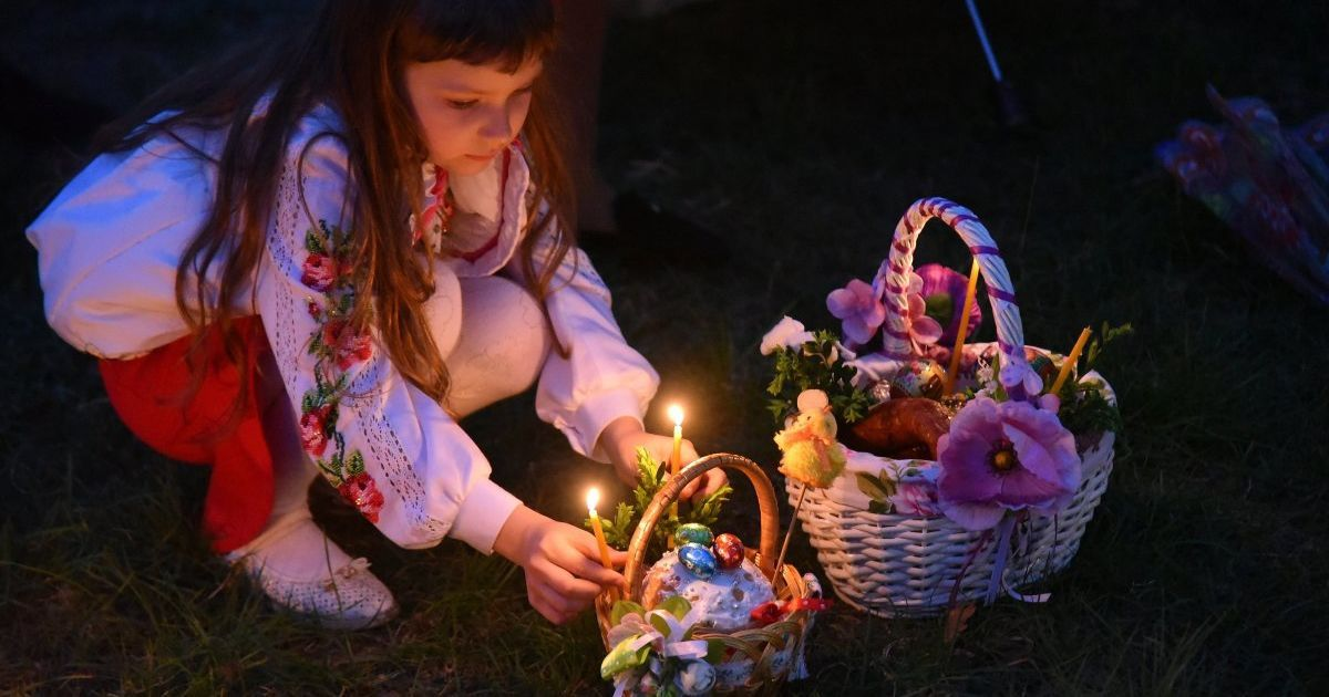 С корзинами и в вышиванках. Как украинцы отмечают Пасху