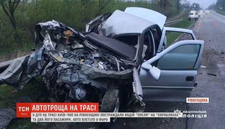 На трассе Киев-Чоп автомобиль влетел в фуру: трое пострадавших