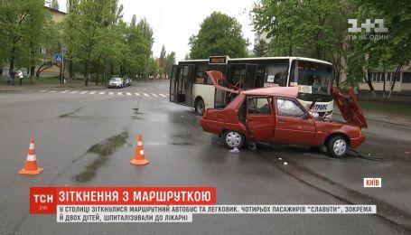 В Киеве столкнулись маршрутка и легковушка: четыре человека в больнице