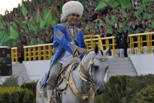 Ексцентричний президент Туркменістану зачитав реп про свого коня