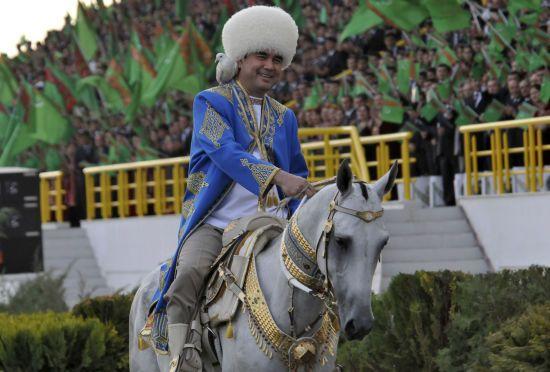 У Туркменістані через посивілого президента чоловікам заборонили фарбувати волосся - ЗМІ