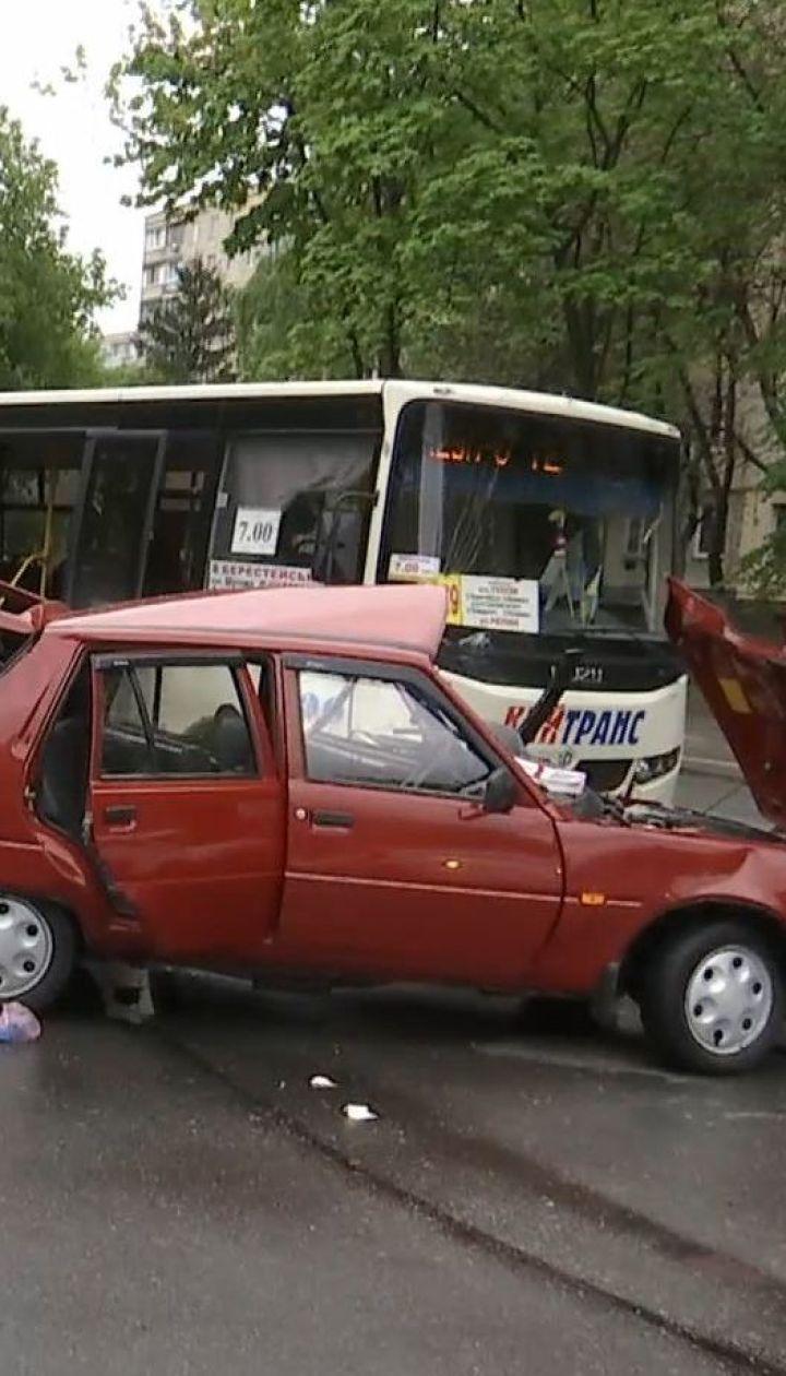 У Києві зіткнулися маршрутка і легковик: четверо людей у лікарні
