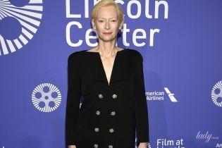 Почти повторила образ: Тильда Суинтон вышла в платье с глубоким V-образным вырезом