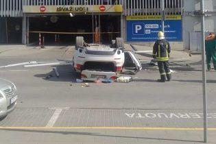 В Литве женщина на кроссовере вылетела с пятого этажа паркинга