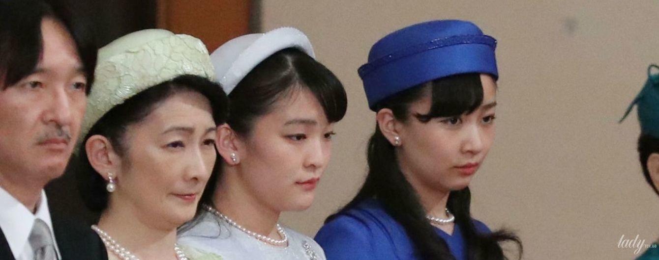 Сестри в елегантних сукнях: принцеси Како і Мако на церемонії зречення їхнього дідуся від престолу