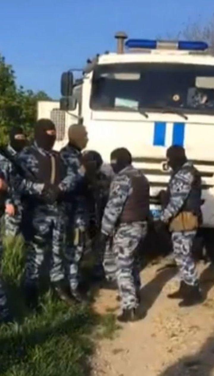 Російські окупанти знову провели обшуки у кримських татар