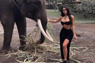 "Кім Кардашян показала, як слон ""обійняв"" її сідниці"