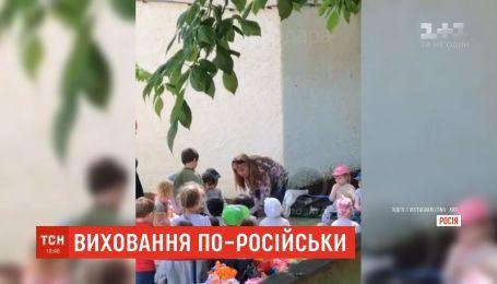 В России заведующая детсада поставила воспитанника на колени и заставила целовать землю