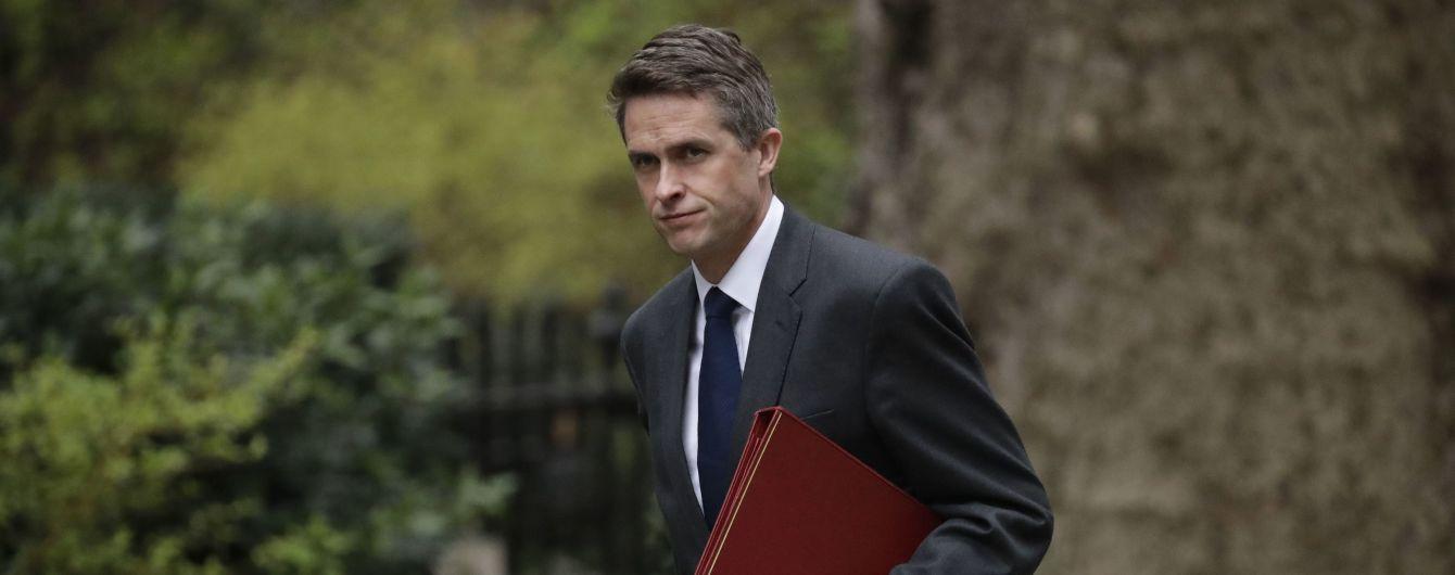 Главу Минобороны Великобритании уволили за утечку информации по делу Huawei