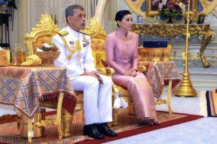 Король Таїланду несподівано представив нову королеву