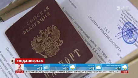 """Які паспорти видаватимуть у так званих """"ДНР"""" і """"ЛНР"""" та чи багато охочих їх оформити"""