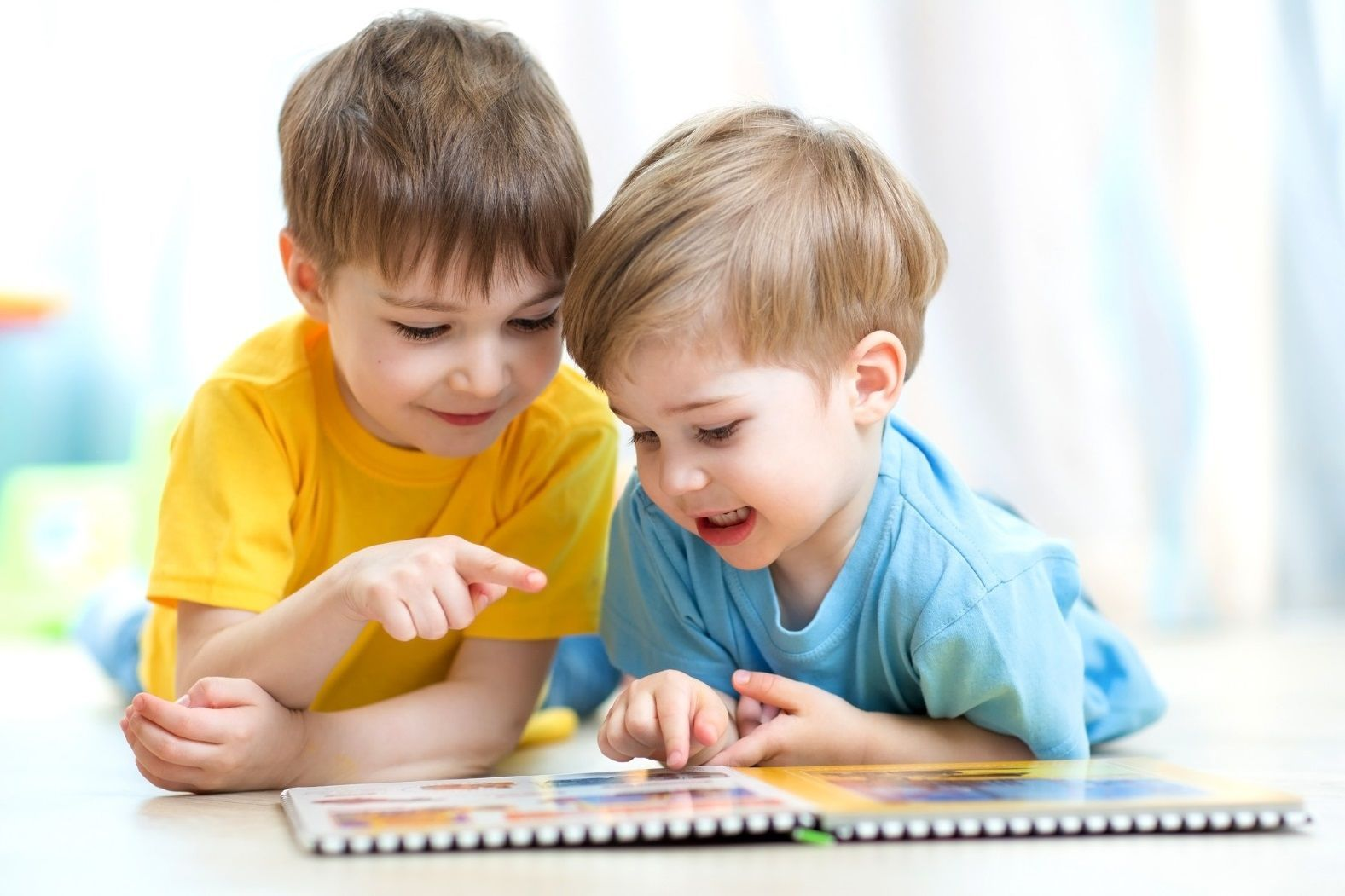 книги дети читают