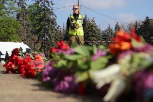 Экс-регионалы пришли с цветами на пустое Куликово поле в Одессе. Обстановка спокойная