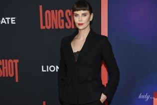 В чорному костюмі та з червоною помадою: ефектна Шарліз Терон на прем'єрі фільму в Нью-Йорку
