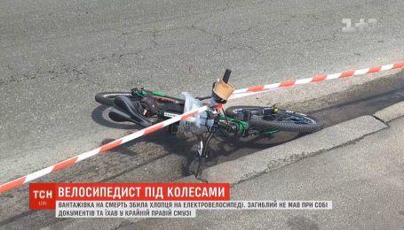 В Киеве грузовик насмерть сбил парня на электровелосипеде