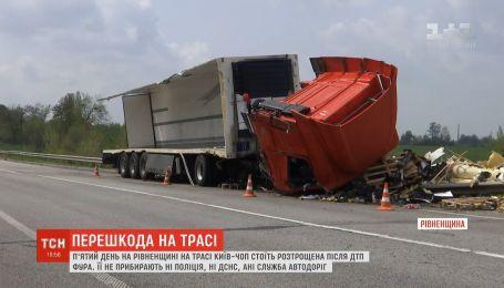 """На трассе """"Киев-Чоп"""" пятый день стоит разбитая после ДТП фура"""