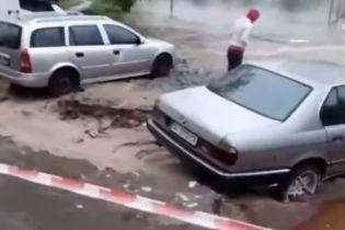 В Киеве из-за прорыва теплотрассы автомобили ушли под землю, 20 многоэтажек остались без горячей воды