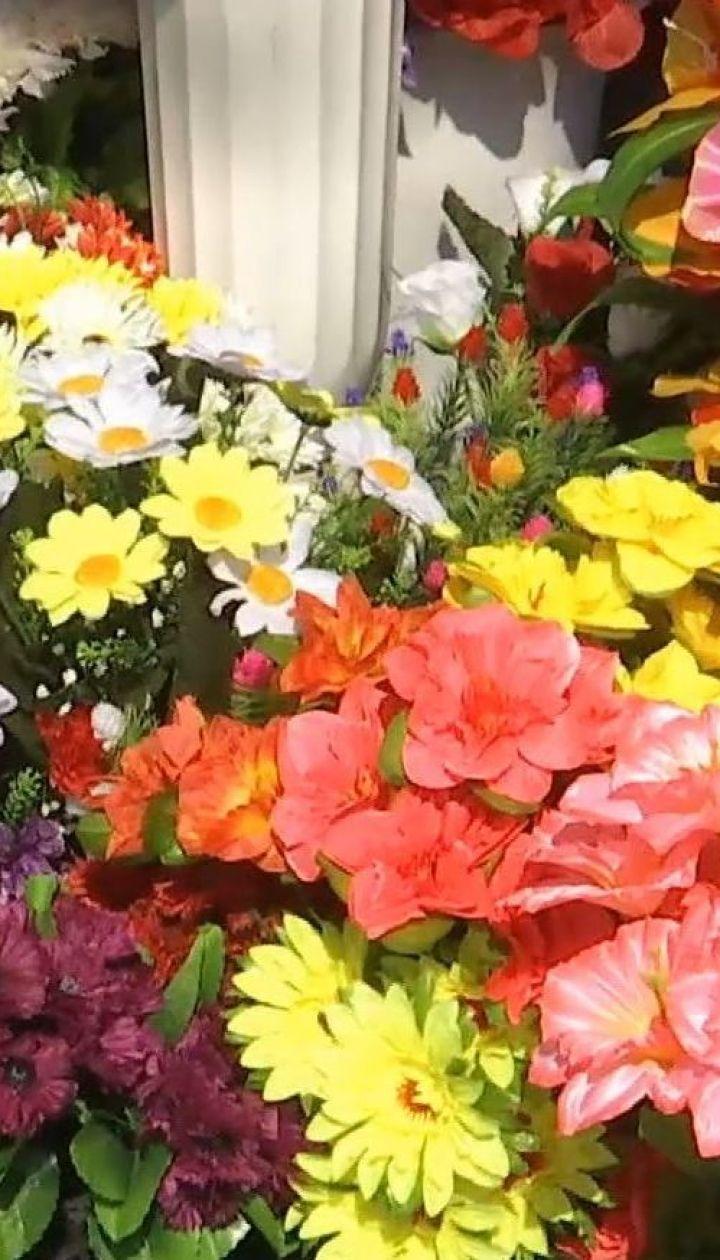Чем вредна традиция приносить искусственные цветы на кладбище