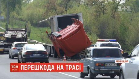 """Розтрощена після ДТП фура шостий день уповільнює рух на трасі """"Київ-Чоп"""""""