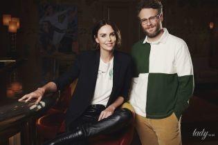 У шкіряних штанах і футболці: Шарліз Терон з'явилася в кадрі в ефектному образі