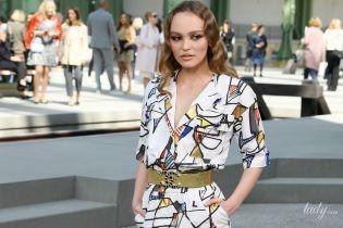 В мини-платье и высоких сапогах: Лили-Роуз Депп на показе круизной коллекции Chanel