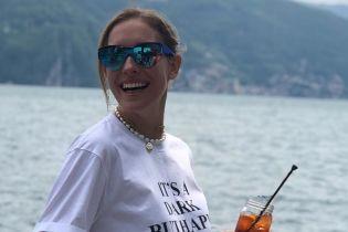 В стильном наряде возле коровы: Катя Осадчая в Швейцарии