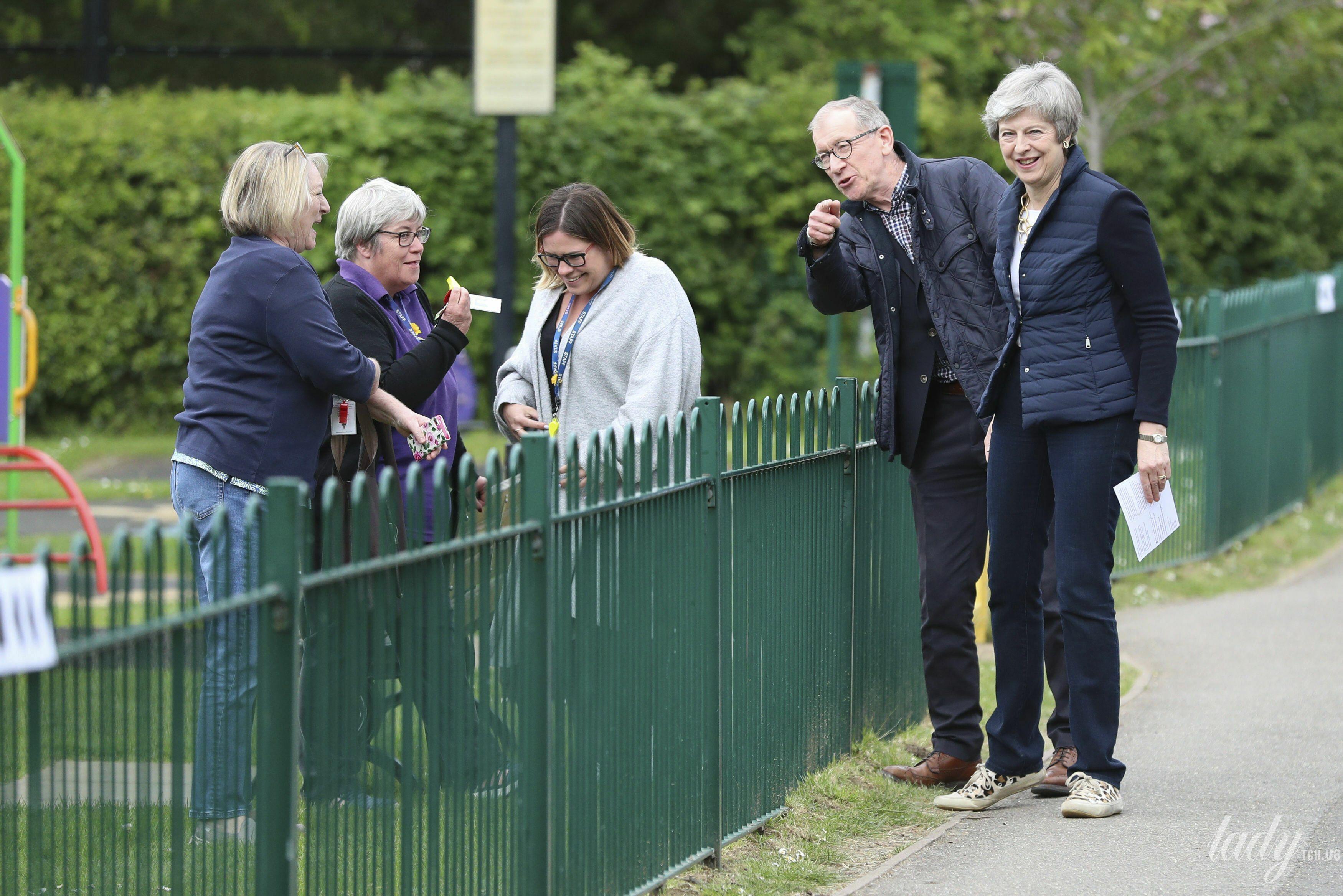 Консерваторы илейбористы потеряли сотни мест наместных выборах в Англии