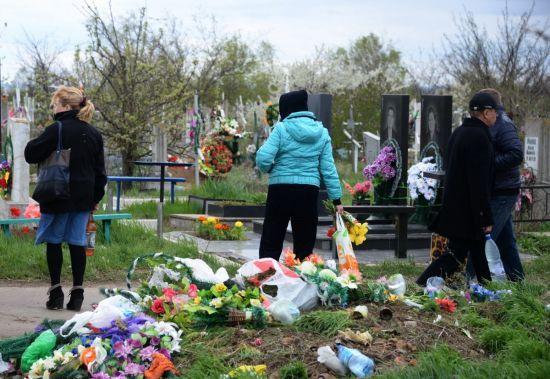 Перед поминальними днями ПЦУ закликала українців відмовитись від штучних квітів на кладовищах