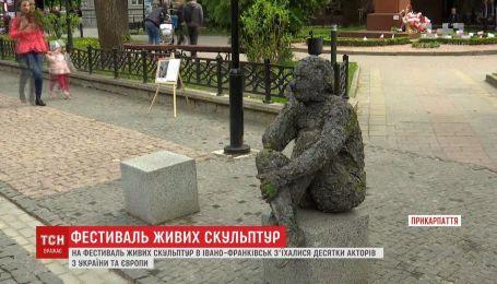 Несколько десятков живых скульптур впервые украсили центр города Ивано-Франковска