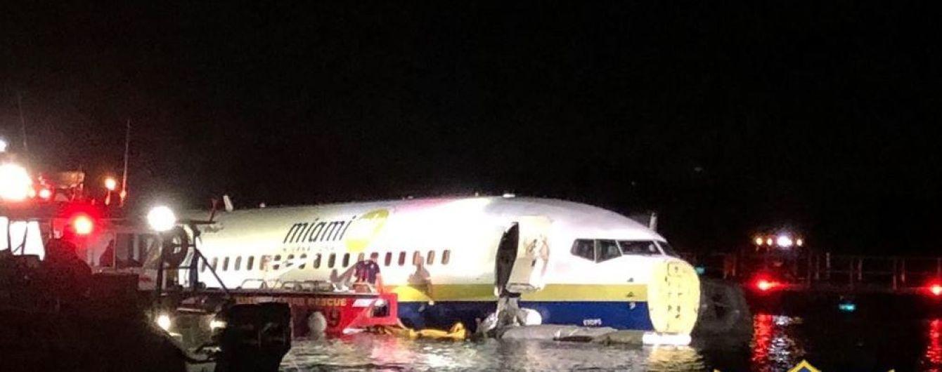 В США военный Boeing-737 съехал со взлетной полосы и заплыл в реку