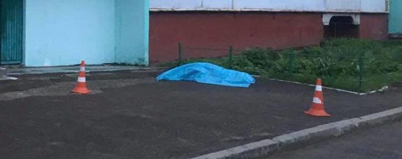 На Львовщине под подъездом многоэтажки обнаружили труп несовершеннолетней девочки