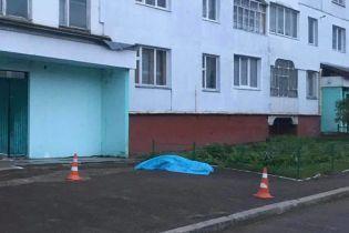 На Львівщині під під'їздом багатоповерхівки виявили труп неповнолітньої дівчинки