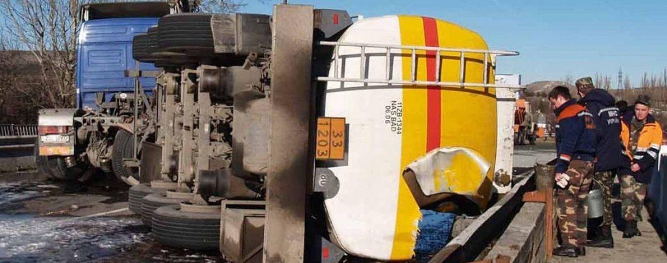 На Прикарпатье перевернулся бензовоз с 38 тоннами горючего, пострадал водитель