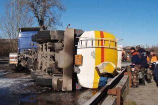 На Прикарпатті перекинувся бензовоз із 38 тоннами пального, постраждав водій