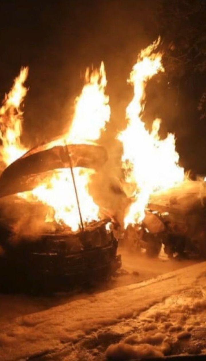Одразу три автомобілі згоріли у Харкові