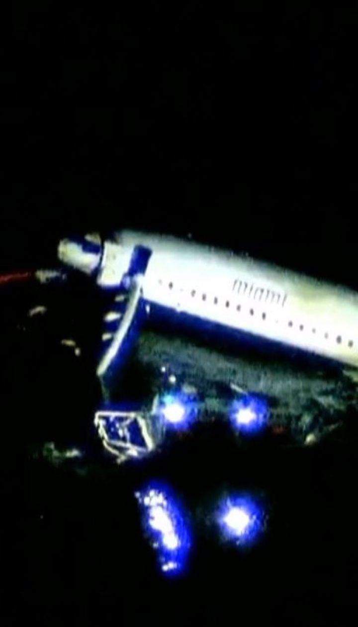 Пасажирський літак під час посадки вдарився об землю та викотився в річку у США