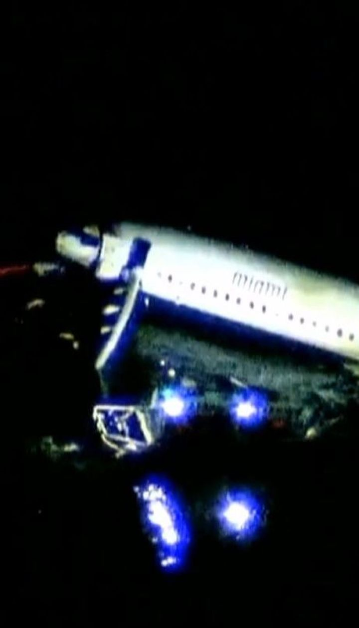 Пассажирский самолет во время посадки ударился о землю и выкатился в реку в США
