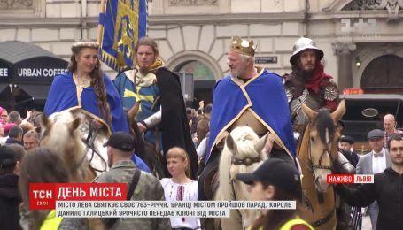 Всадники, туристы и живой король: Львов празднует свое 763-летие